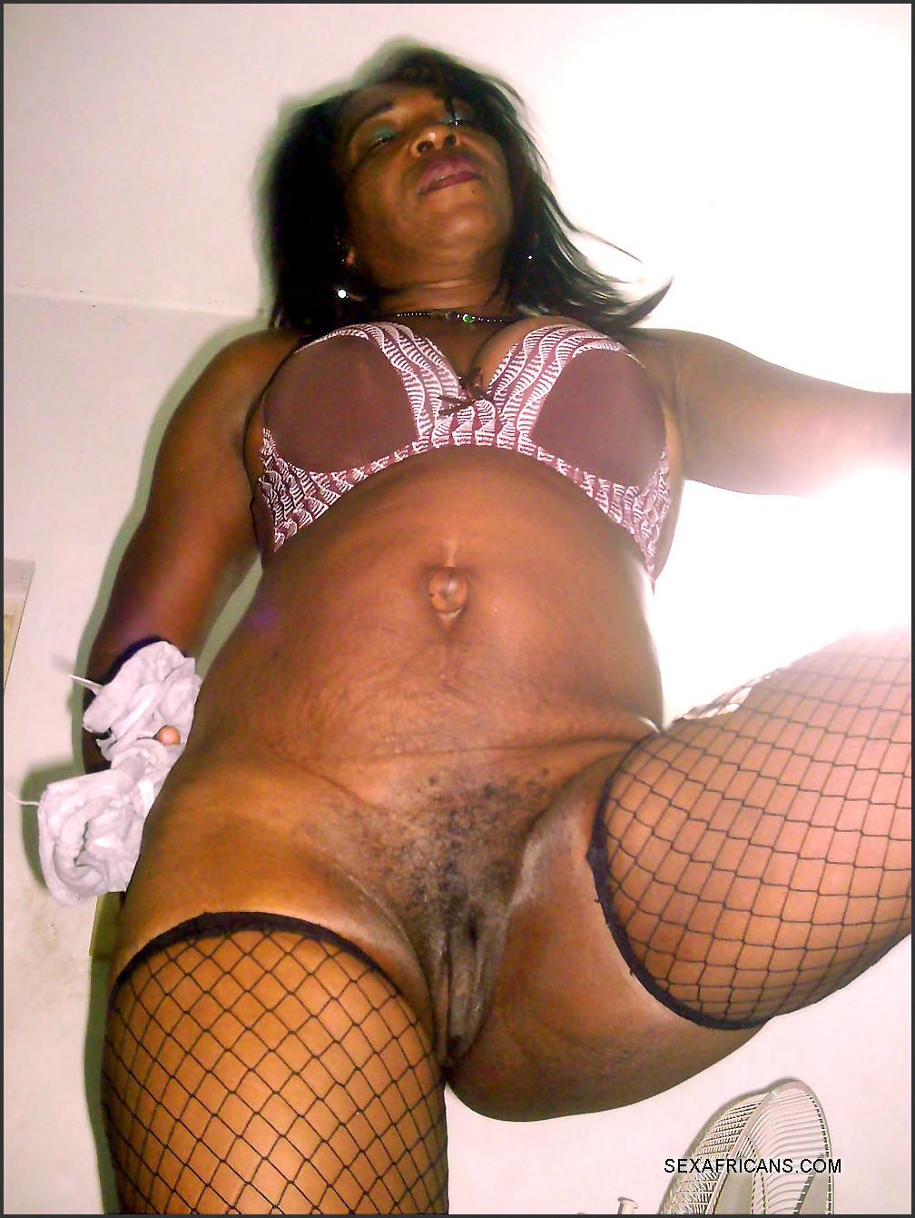 Sexy Ebony Milf Masturbates